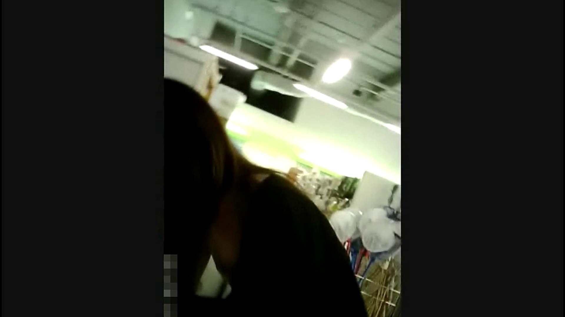 NO.4 開店直後の100円ショップにいたお女市さん 胸チラ  45pic 16