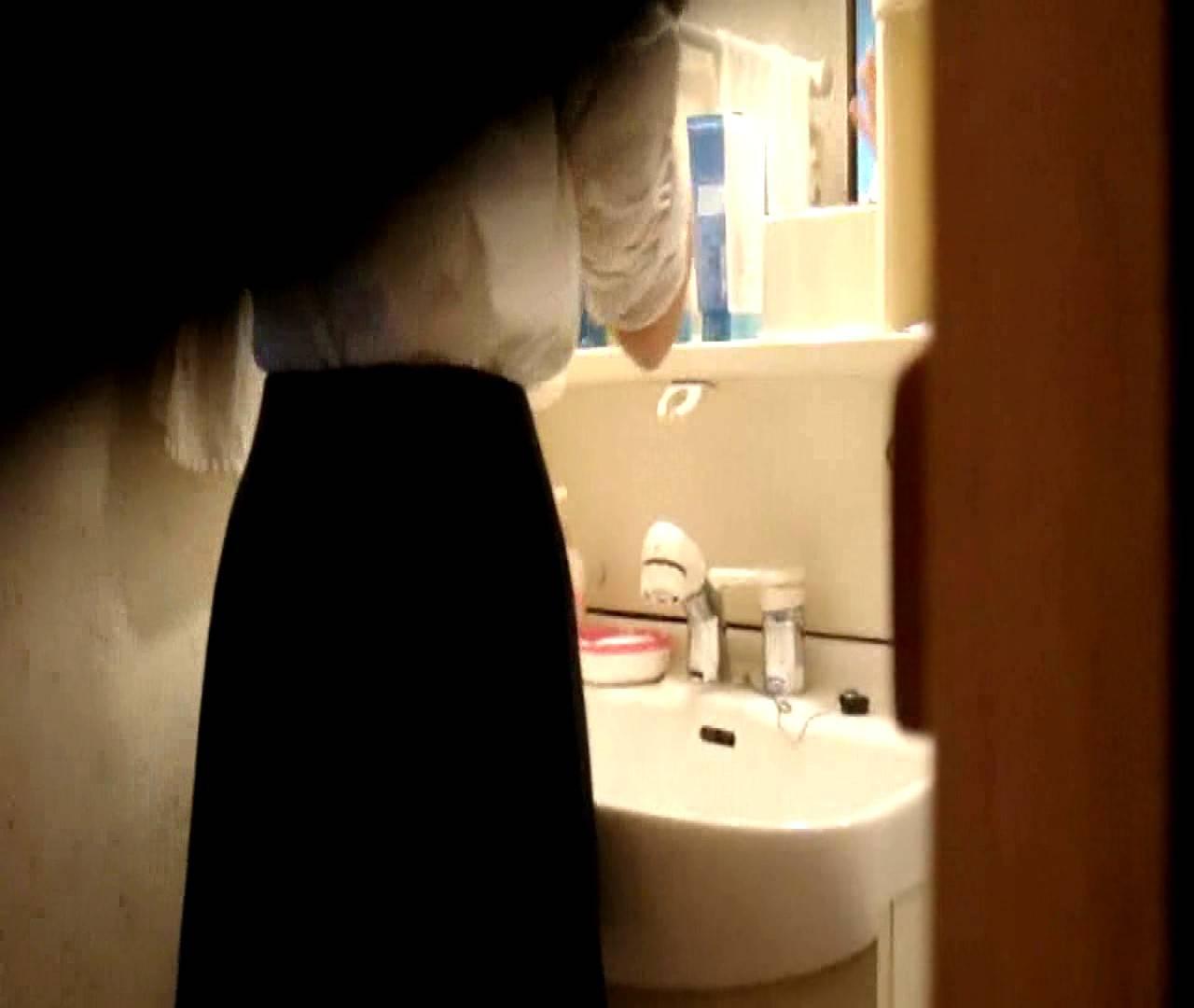 vol.5 まどかが帰宅後の洗顔後にブラを洗ってます。 OLの実態  18pic 12