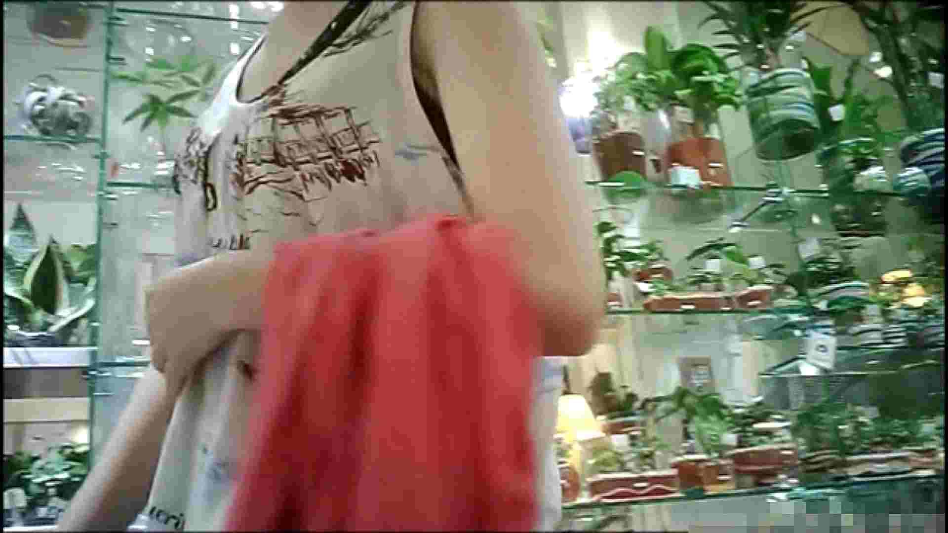 NO.1 普段から胸元がゆるい友達【某ファッションビル内の雑貨屋】 友人   胸チラ  102pic 37